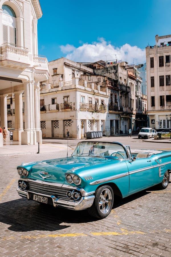 Voiture convertible de cru bleu américain à vieille La Havane photos stock