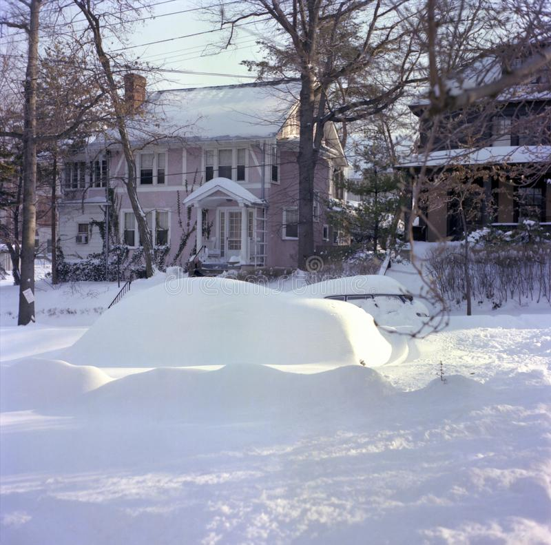Voiture couverte par neige dans le Washington DC image libre de droits