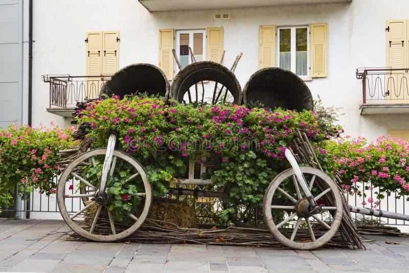 Voiture décorative avec des fleurs dans la rue Levico Termen, Italie images stock