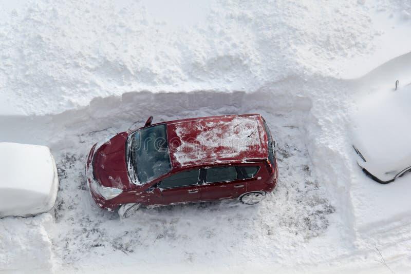 Voiture dans la neige photo libre de droits