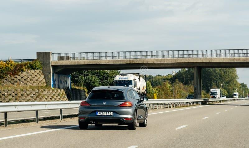 Voiture d'Allemand de sport d'Olkswagen Scirocco sur l'autoroute A4 images stock