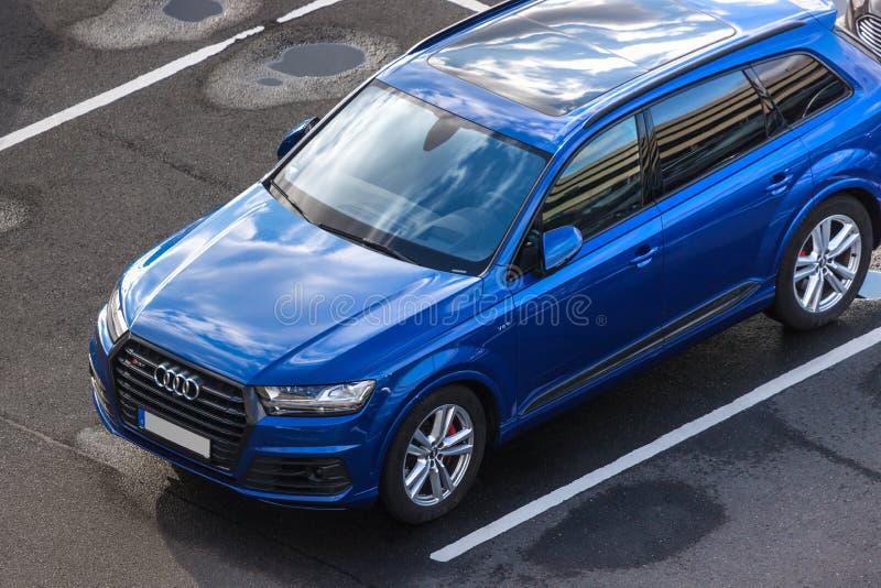 Voiture d'Audi en haut dedans de cologne Allemagne photos libres de droits
