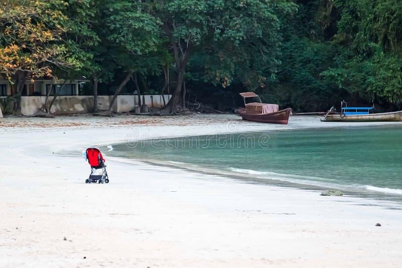 Voiture d'enfant isolée sur la plage sablonneuse de l'océan photographie stock libre de droits