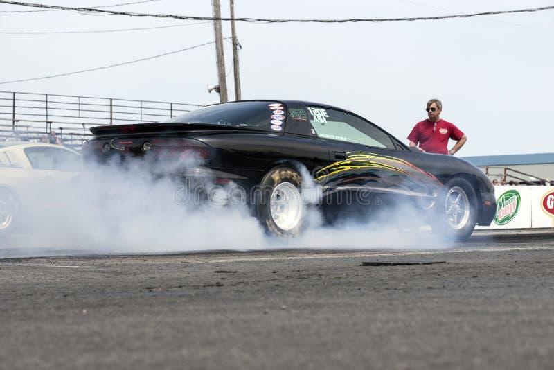 Voiture d'entrave de Pontiac faisant une fumée montrer images stock