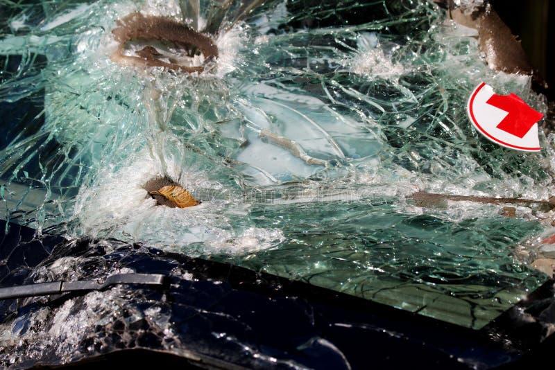 Voiture d'infirmiers Verre cassé dans une voiture du ` s de médecin qui transporte le blessé La texture du verre cassé photographie stock libre de droits