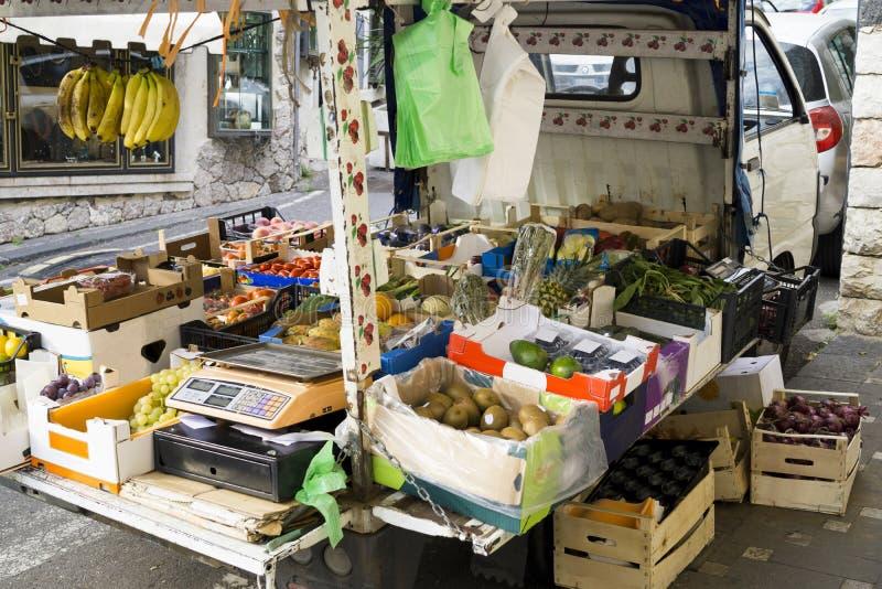 Voiture d'un marchand de légumes dans une ville italienne image libre de droits