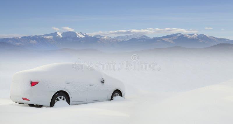 Voiture dans la neige photos libres de droits
