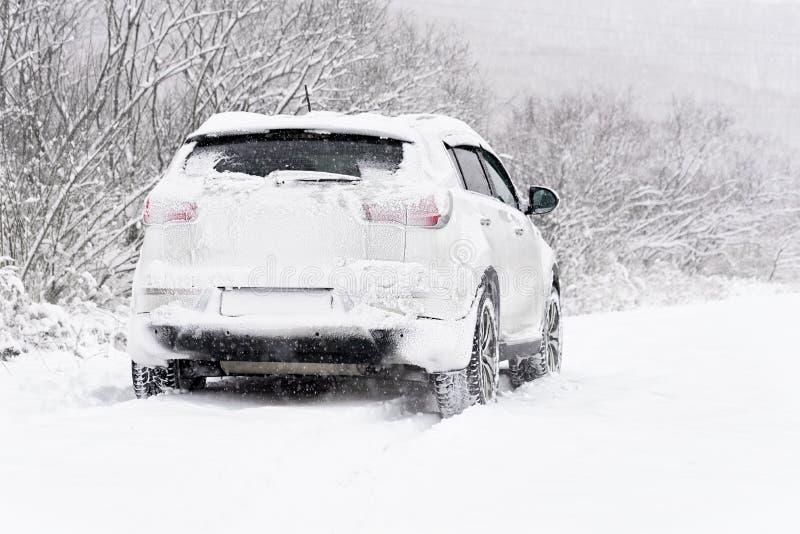 Voiture dans la neige image libre de droits