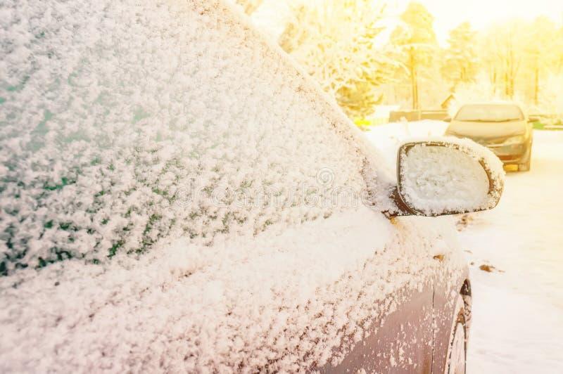 Voiture dans la neige garée dans une zone résidentielle pendant les chutes de neige extrêmes photo libre de droits