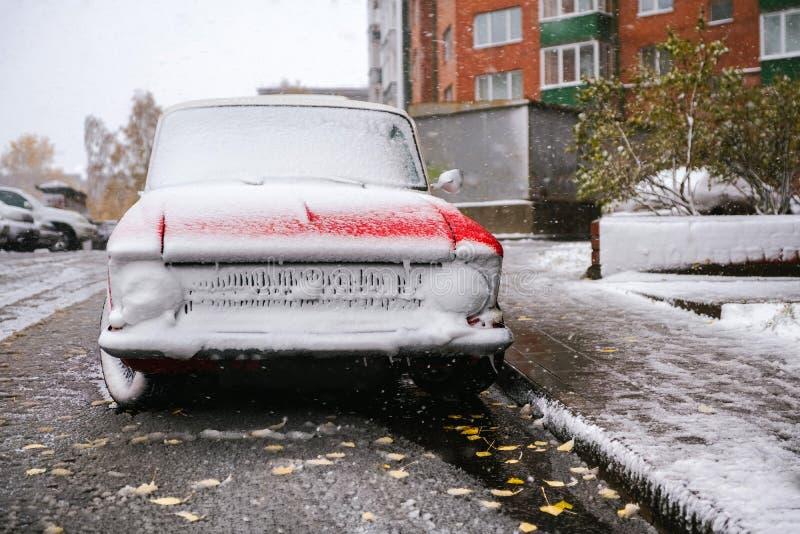 Voiture dans la première neige La première neige image stock
