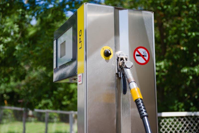 Voiture dans la station service Remplissez de combustible, distributeur d'essence, pompe, poignées et piliers remplissage l'Eston images stock