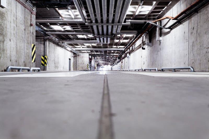 Voiture dans le garage, sous terre intérieur photographie stock