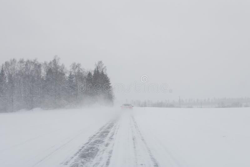 Voiture dans une tempête de neige image stock