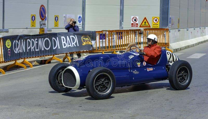 Voiture de course à la concurrence dans la reconstitution historique de Grand Prix à Bari, photos stock