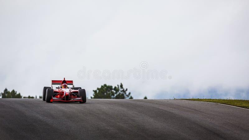 Voiture de course de formule sur la voie photo stock