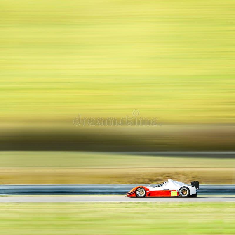 Voiture de course de Formule 1 sur la voie de vitesse - esprit de fond de tache floue de mouvement images libres de droits