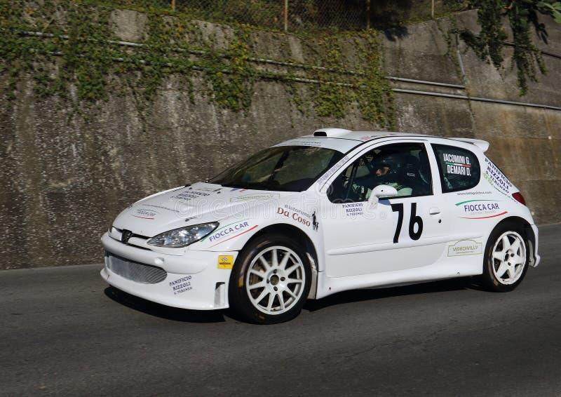Voiture de course de rallye de Peugeot 206 pendant la course image stock