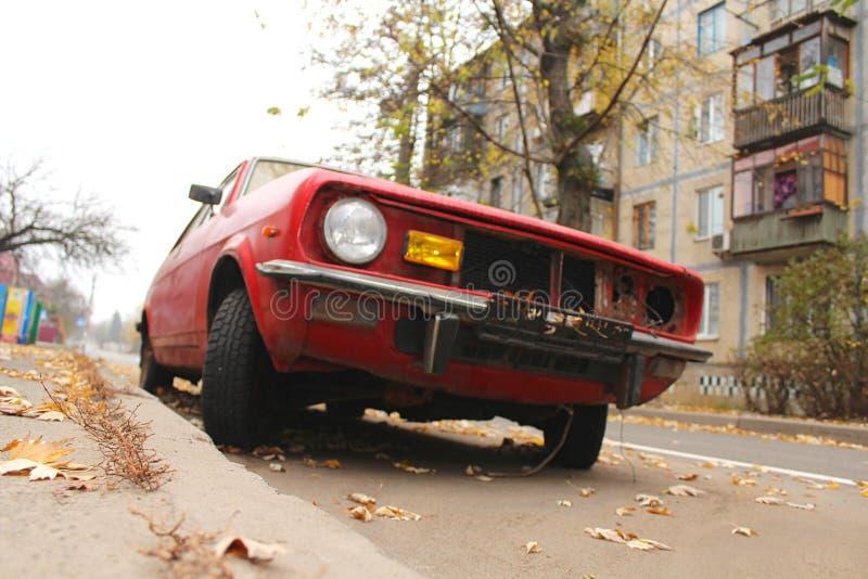 voiture de cru sur les rues de ville photographie stock libre de droits