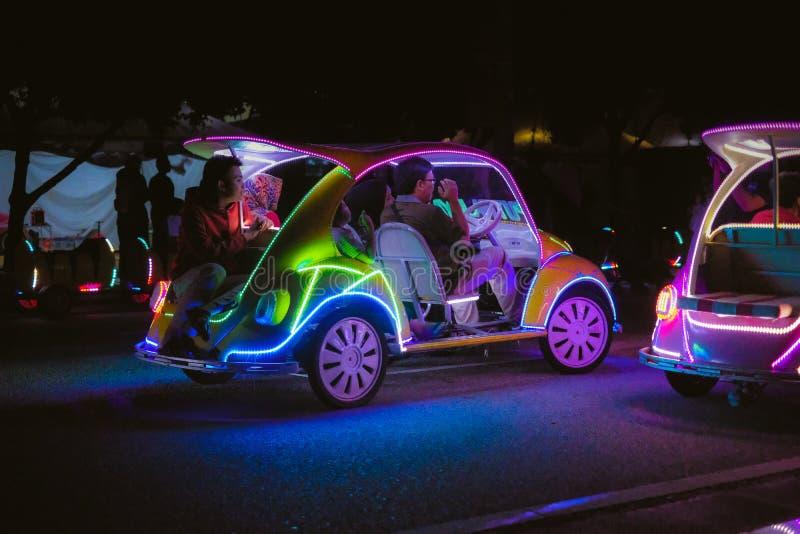 Voiture de décoration avec les lampes au néon multicolores photos stock