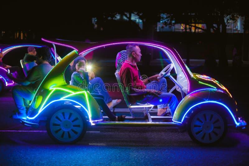 Voiture de décoration avec les lampes au néon multicolores photo libre de droits