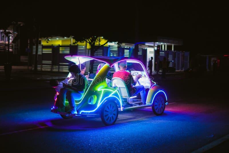 Voiture de décoration avec les lampes au néon multicolores images libres de droits