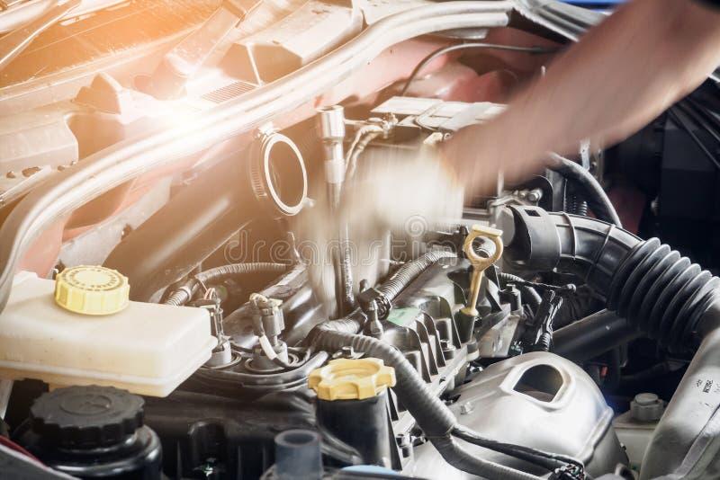 Voiture de fonctionnement et de réparation de mécanicien au centre de service de voiture images stock