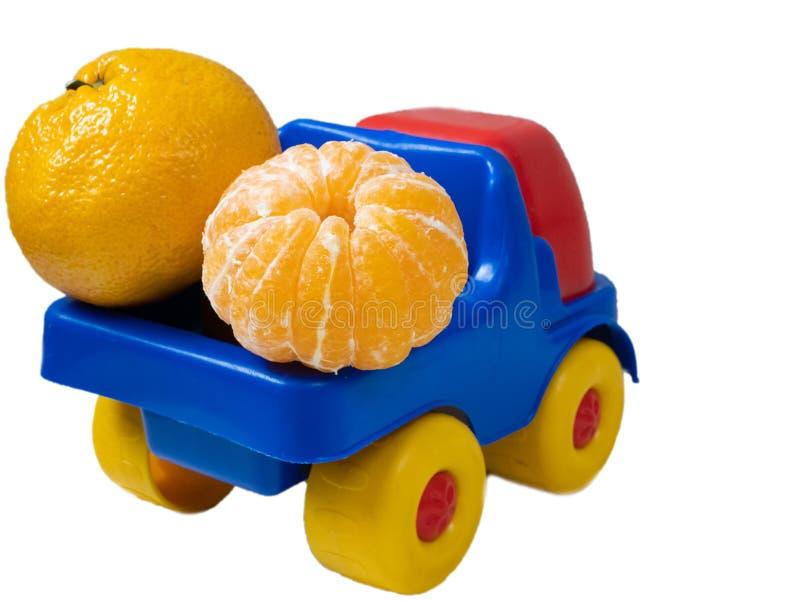 Voiture de jouet de camion pleine avec des mandarines de mandarines photographie stock libre de droits