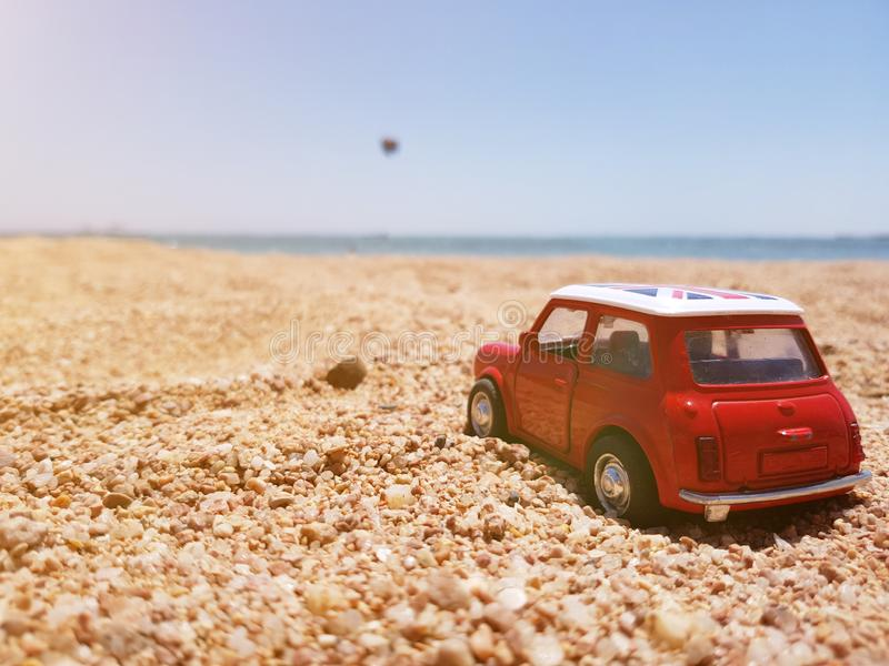 Voiture de jouet sur le sable photo stock