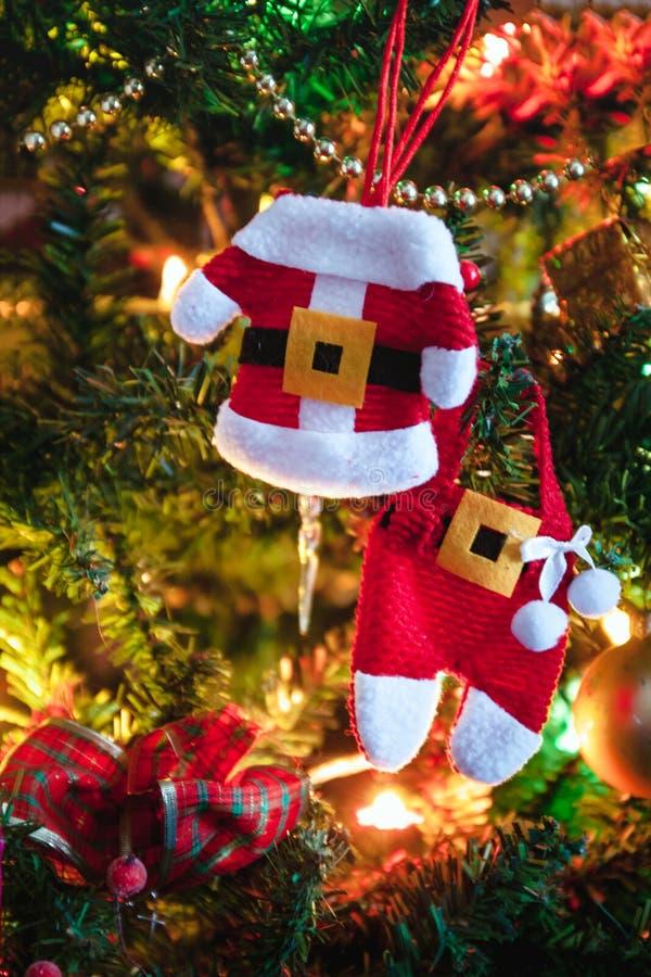 Voiture de jouets avec cadeaux, cheval, ange, cupcake, vêtements de Noël pour l'arbre de Noël, jouet de Noël, style de vie, gu images libres de droits