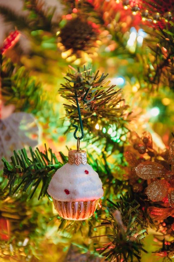 Voiture de jouets avec cadeaux, cheval, ange, cupcake, vêtements de Noël pour l'arbre de Noël, jouet de Noël, style de vie, guirl photographie stock libre de droits