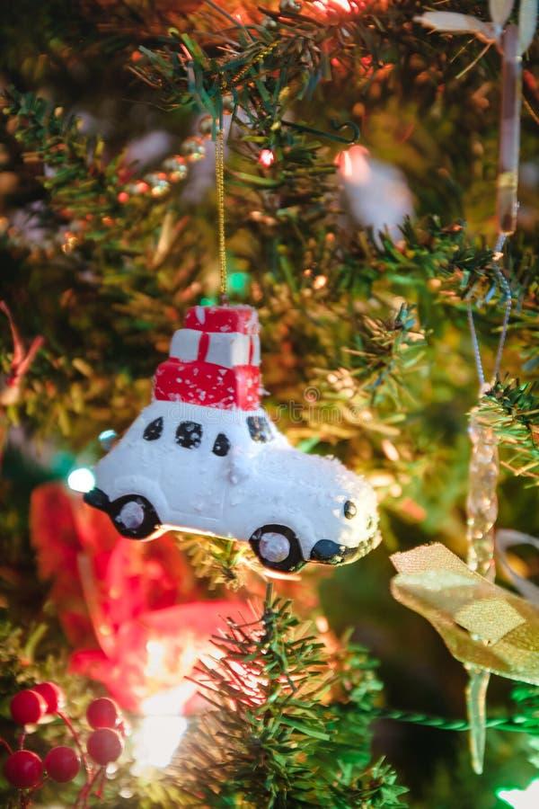 Voiture de jouets avec cadeaux, cheval, ange, cupcake, vêtements de Noël pour l'arbre de Noël, jouet de Noël, style de vie, guirl images libres de droits