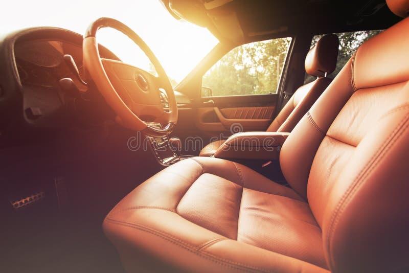 Voiture de la meilleure qualité intérieure, cuir brun au coucher du soleil photographie stock