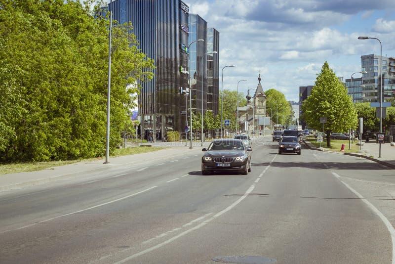 Voiture de large rue, Tallinn, Estonie photos stock