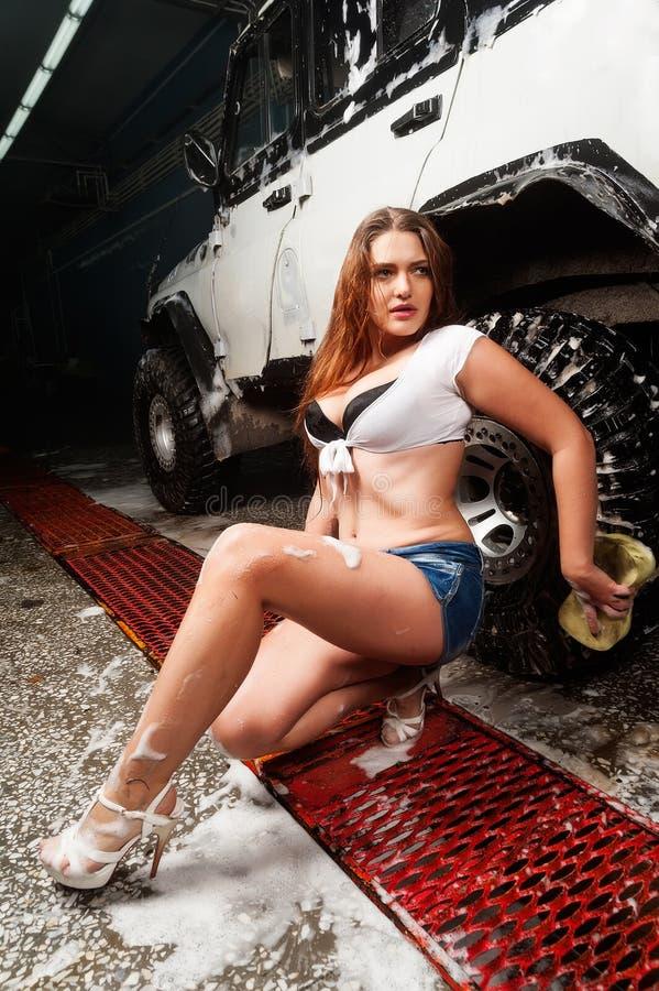 Voiture de lavage de femme sexy images libres de droits