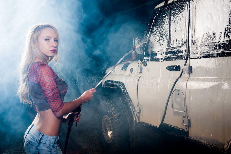 Voiture de lavage de jeune femme photographie stock libre de droits