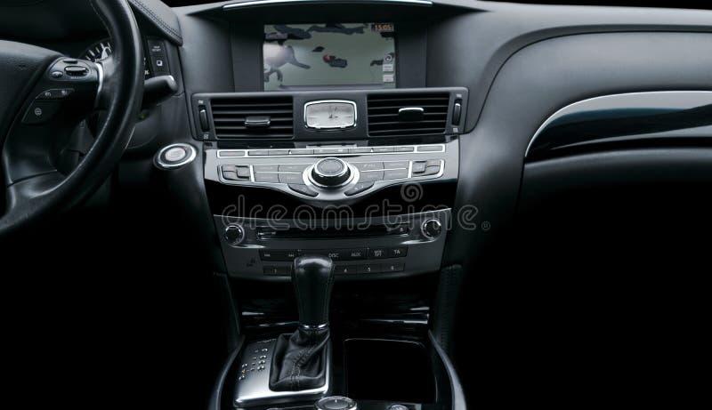 Voiture de luxe à l'intérieur Intérieur de voiture moderne de prestige Décalage d'engrenage de transmission automatique Habitacle photos libres de droits