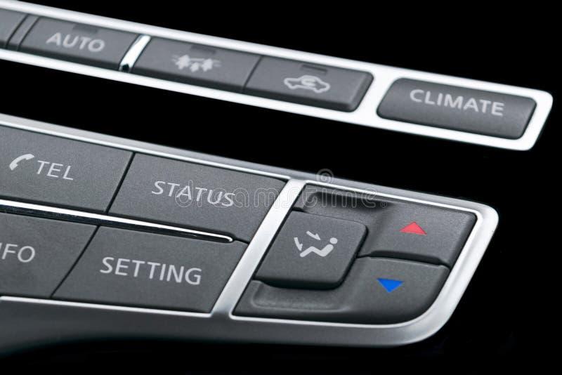 Voiture de luxe à l'intérieur Intérieur de voiture moderne de prestige Le contrôle de media se boutonne en cuir noir avec l'écran image libre de droits