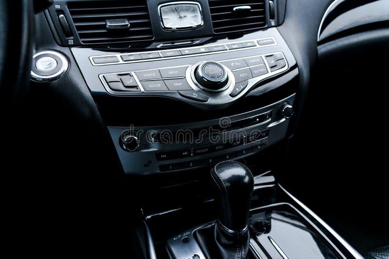 Voiture de luxe à l'intérieur Intérieur de voiture moderne de prestige Sièges en cuir confortables Habitacle en cuir perforé noir photos libres de droits