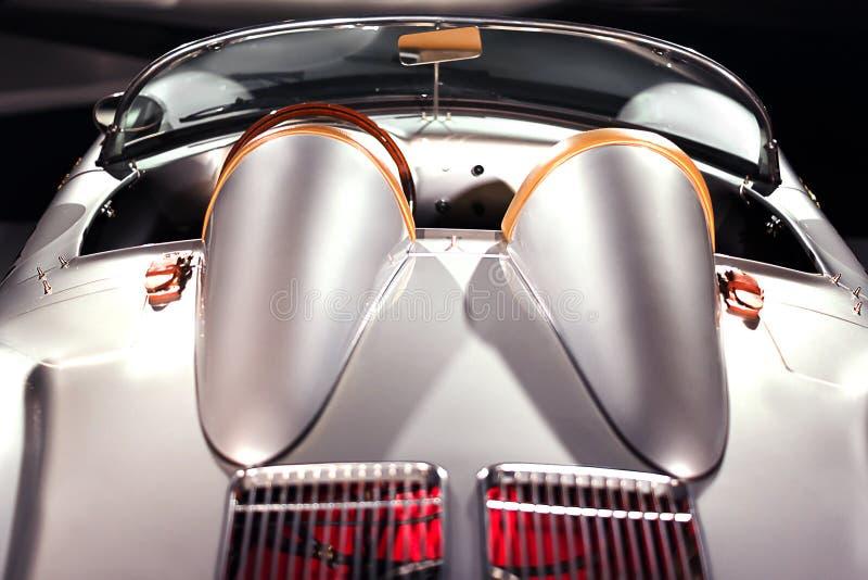 Voiture de luxe de course de sport de cru de Porsche 550 Spyder sur l'exposition de voitures Vue arri?re de v?hicule images stock