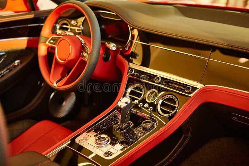 Voiture de luxe rouge Intérieur Roue de direction, levier de déplacement et tableau de bord Dinde faible photographie stock