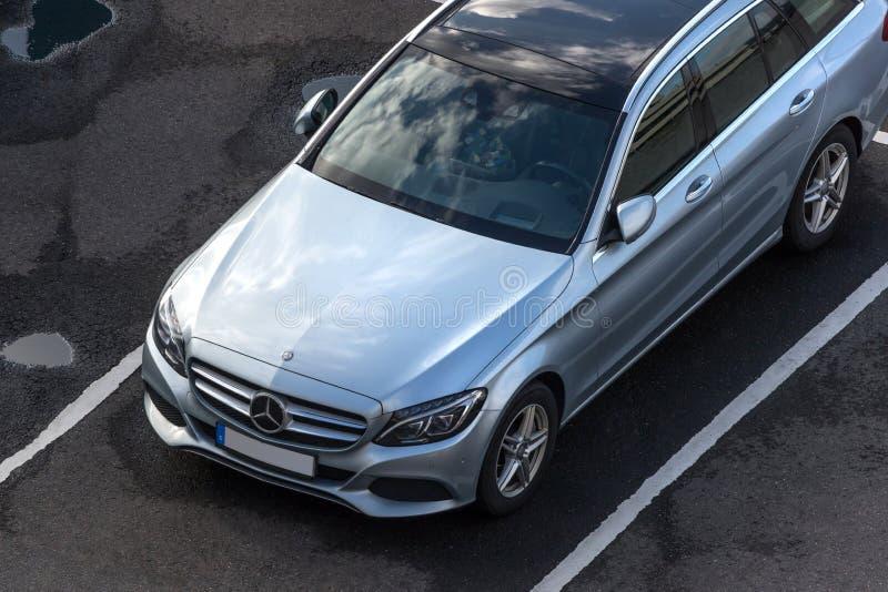 Voiture de Mercedes en haut dedans de cologne Allemagne photos libres de droits