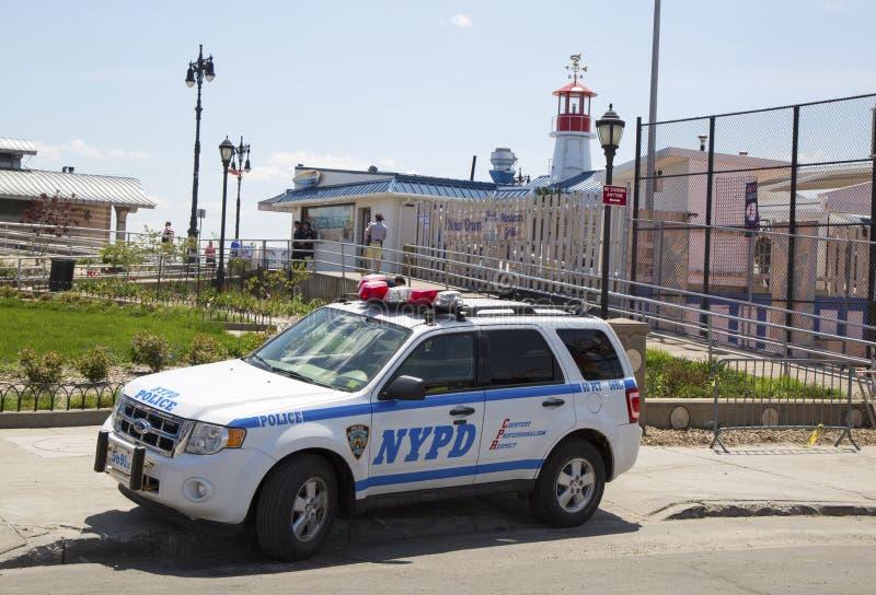 Voiture de NYPD fournissant la sécurité à la section de Coney Island de Brooklyn photos stock