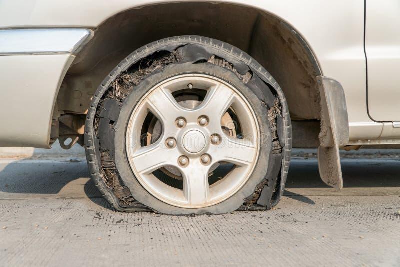 Voiture de pneu d'éclat photographie stock
