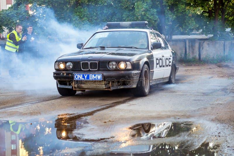 Voiture de police BMW pneus brûlants de 5 séries dans le driftshow photographie stock libre de droits