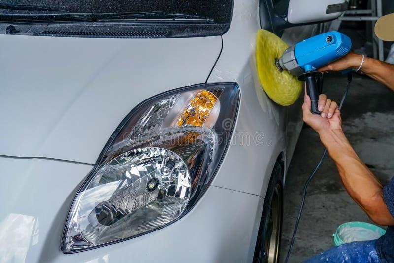 Voiture de réparation, voiture blanche polie photos stock
