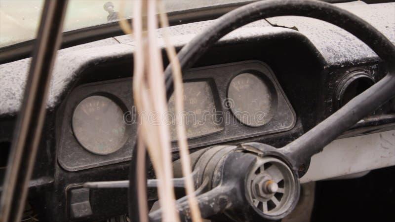voiture de roue de moitié du 20ème siècle projectile Intérieur de vieille voiture avec la radio et les touches de commande Intéri photographie stock libre de droits