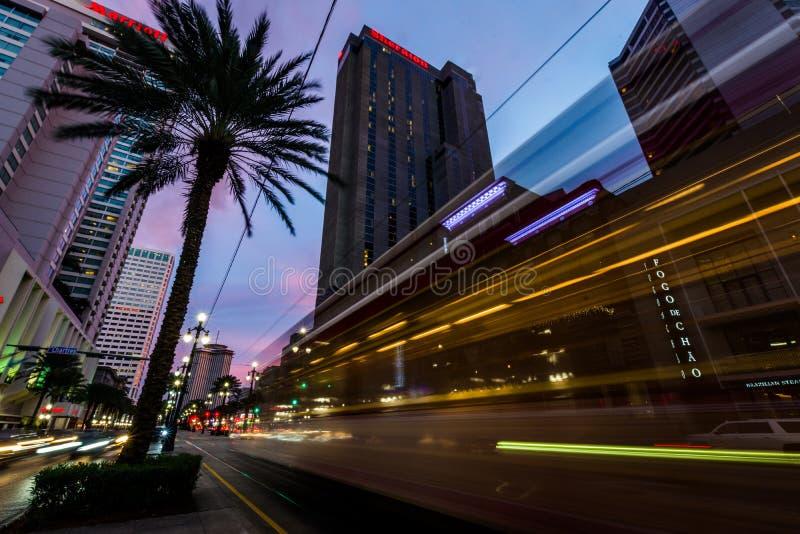 Voiture de rue la nuit sur le Canal Street à la Nouvelle-Orléans Louisiane photographie stock