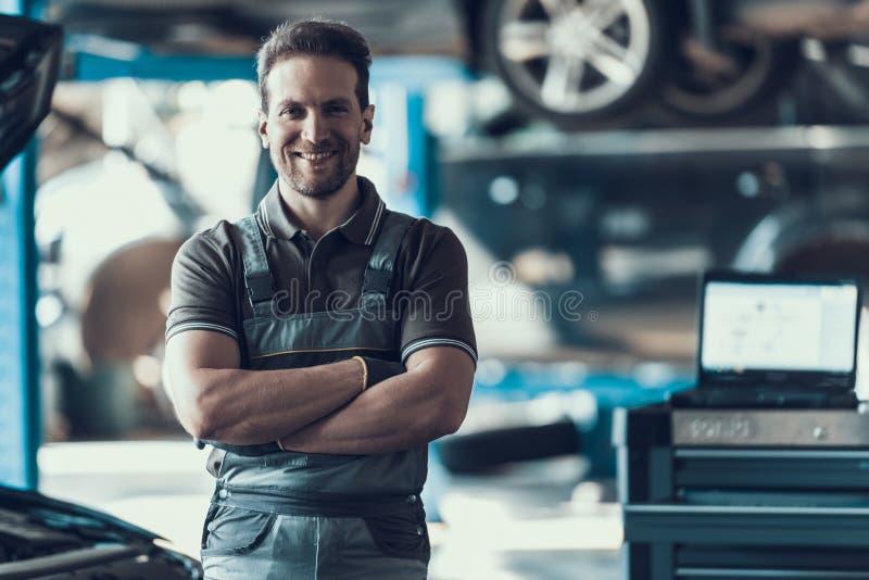 Voiture de sourire belle Machanic se tenant dans le garage photos libres de droits