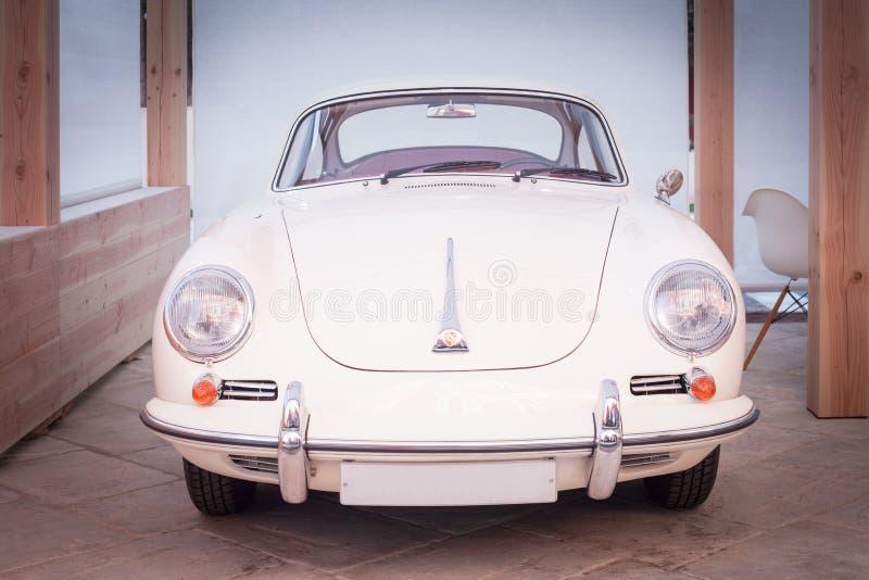 Voiture de sport de Porsche 356 des années 1950 de Lassic dans le blanc photos libres de droits