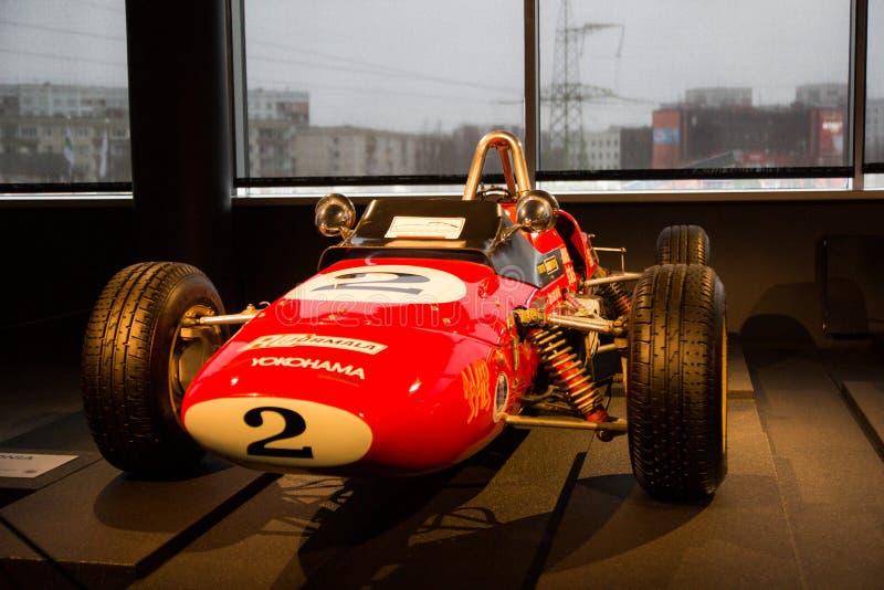 Voiture de sport rouge dans l'exposition sur le musée photos libres de droits